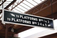 Platforma znaki, Cumują Uliczną stację kolejową zdjęcia royalty free