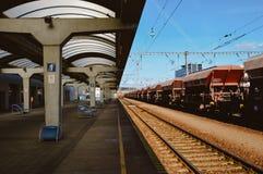 Platformes vacíos del ferrocarril con el empalme y la carga del tren imágenes de archivo libres de regalías