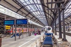 Platforms in het classicistic station in Wiesbaden Royalty-vrije Stock Afbeelding