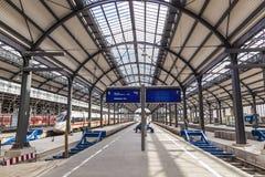 Platforms in het classicistic station in Wiesbaden Royalty-vrije Stock Foto