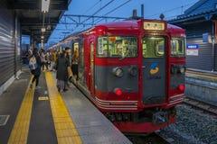 Platfrom поезда на железнодорожном вокзале Karuizawa на ноче Стоковая Фотография RF