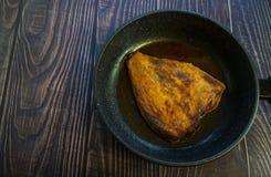 Platija frita Cocina casera en un estilo rústico fotos de archivo libres de regalías
