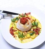 Platija rellena cangrejo con la salsa cremosa del anuncio de los tomates Imagenes de archivo