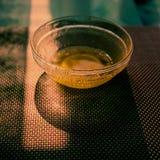 Platillo con el resto de miel Foto de archivo libre de regalías