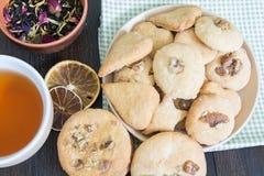 Platillo con galletas hechas en casa y una taza de té negro fragante Foto de archivo libre de regalías