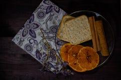 Platillo con la galleta, el canela y el mandarín Imagen de archivo libre de regalías