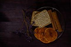 Platillo con la galleta, el canela y el mandarín Foto de archivo libre de regalías
