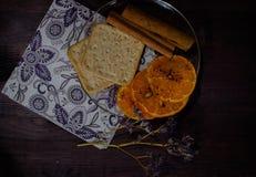 Platillo con la galleta, el canela y el mandarín Fotos de archivo libres de regalías