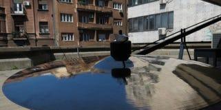 Platillo con la reflexión de los edificios Imágenes de archivo libres de regalías