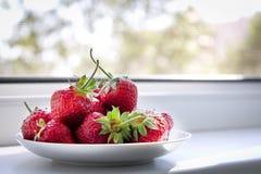 Platillo con las fresas Imagenes de archivo