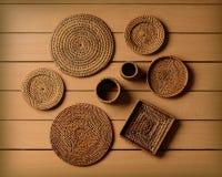 Platillos de bambú trenzados en la tabla de madera Imagenes de archivo