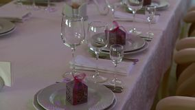 Platillos y copas de vino en la tabla de la boda almacen de metraje de vídeo