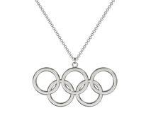 Platina of zilveren olympische ringentegenhanger op ketting Stock Foto's