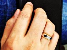 Platinacirkel på fingret Fotografering för Bildbyråer