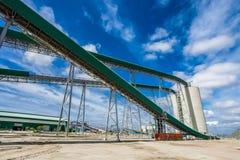 Platinamijnbouw en Verwerking van erts, transportbandtransportin stock foto