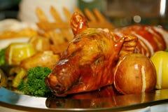 Plato artístico adornado del cocinero - el cerdo de cría coció en manzanas imagenes de archivo