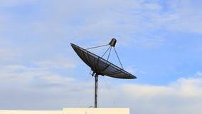 Plato basado en los satélites con el cielo almacen de video
