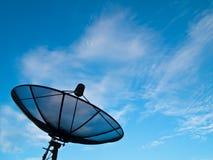 Plato basado en los satélites con el fondo del cielo azul y de la nube Imágenes de archivo libres de regalías