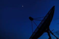 Plato basado en los satélites en cielo de la tarde Fotografía de archivo libre de regalías