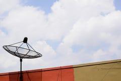 Plato basado en los satélites en el edificio Foto de archivo