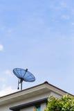 Plato basado en los satélites en la azotea Fotografía de archivo libre de regalías