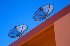 Plato basado en los satélites en la azotea Fotografía de archivo