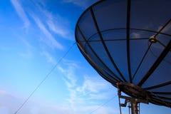 Plato basado en los satélites y cielo azul Foto de archivo