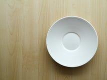 Plato blanco en la tabla de madera Fotos de archivo libres de regalías