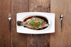 Plato cocido al vapor japutas blancas con la salsa china Imagenes de archivo