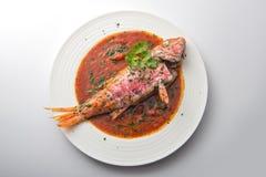 Plato con el tomate y el perejil de los pescados del salmonete fotografía de archivo libre de regalías