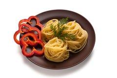 Plato con espaguetis y pimienta Foto de archivo libre de regalías