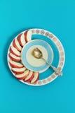 Plato con la miel, la manzana y una cuchara en fondo azul Año Nuevo judío, Rosh Hashanah, visión superior Fotos de archivo libres de regalías
