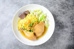 Plato con la sopa, los tallarines y las verduras hechos en casa frescos de pollo imagenes de archivo