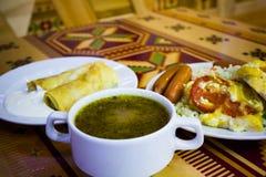 Plato con la sopa y las salchichas de la carne del arroz en la tabla Imagen de archivo libre de regalías