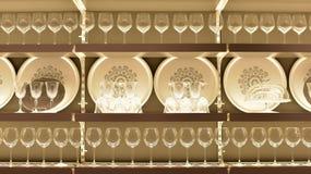 Plato con las copas de vino en la tienda Ikea Fotos de archivo