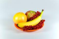 Plato con las frutas en la tabla blanca Imágenes de archivo libres de regalías