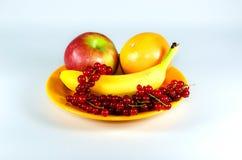 Plato con las frutas en la tabla blanca Imagenes de archivo