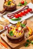 Plato con las patatas, el queso y las verduras Imagenes de archivo