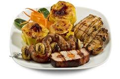 Plato con las varias carnes y patatas Fotografía de archivo