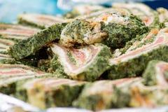 Plato con los rollos de color salmón Foto de archivo