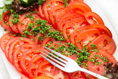 Plato con los tomates cortados frescos. Fotos de archivo libres de regalías