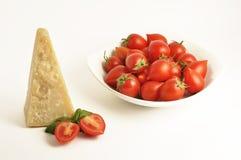 Plato con los tomates y el parmesano de cereza Imagenes de archivo