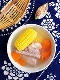 Plato, costillas de cerdo, maíz y sopa asiáticos de la zanahoria Foto de archivo libre de regalías