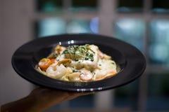 Plato cremoso de las pastas de Alfredo del Fettuccine de los mariscos, de la concha de peregrino y de los pescados Fotografía de archivo libre de regalías