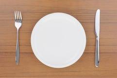 Plato, cuchillo y fork vacíos Imagen de archivo