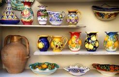 Plato de cerámica de la costa de Amalfi imágenes de archivo libres de regalías