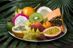 Plato de frutas exótico Fotos de archivo