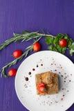 Plato de la carne adornado con los tomates y las hierbas Imagenes de archivo