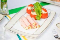 Plato de la carne con los tomates foto de archivo