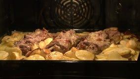 Plato de la carne en el horno metrajes